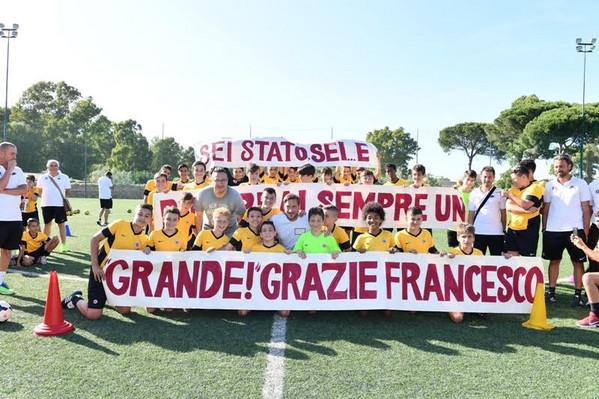Totti presente alla festa della sua scuola calcio al centro sportivo Longarina